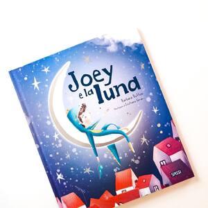 🌙Joey aveva paura del buio, ma amava moltissimo la luna. Una notte, sarà proprio lei, a fargli scoprire la bellezza della notte: il bosco incantato, le stelle che chiaccherano, la vecchietta che crea e prepara i sogni per la notte. 🌙 Grazie all'aiuto della luna, Joey scoprirà che non c'è da aver paura del buio perché in esso si racchiudono cose meravigliose ✨🌚 . . . #sassijunior #sassieditore #kids #childrenbooks #books #bookstagram #reading #publisher #publishinghouse #booklover #book #libri #libriperbambini #libriperragazzi #libriillustratiperbambini #librieducativi #libriinterattivi #natale  #atlanti